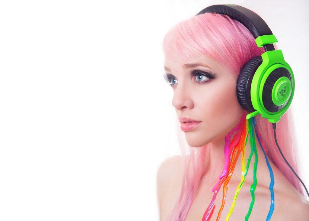 Chica en auriculares Razer