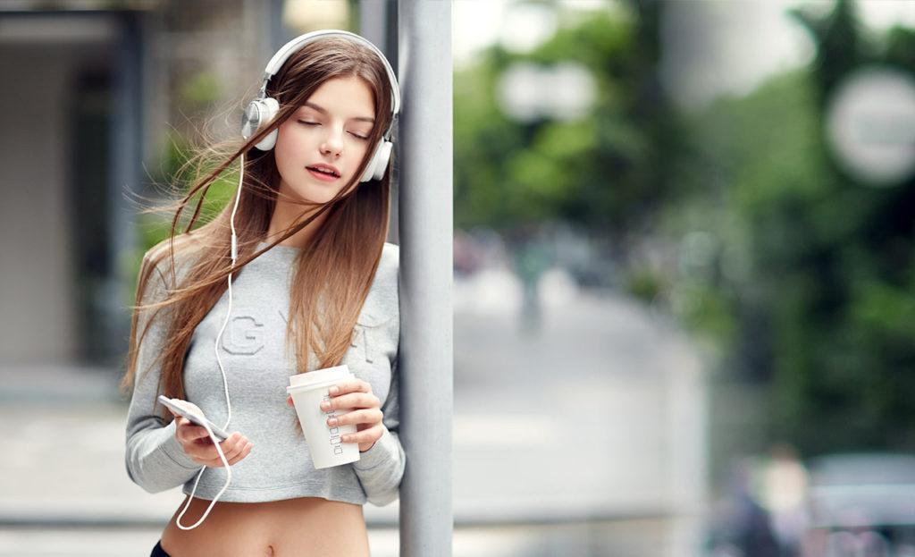Девушка в наушниках Meizu