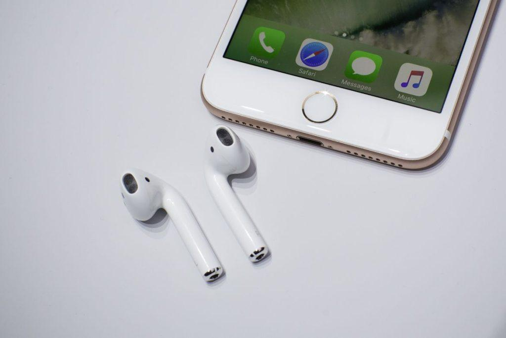Apple AirPods вместе с iPhone