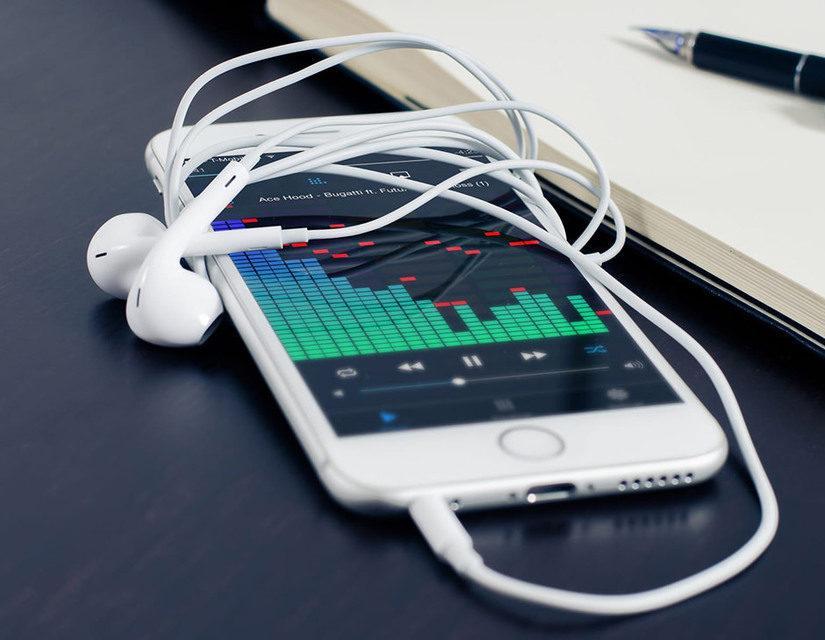 Как переключить музыку на наушниках Apple