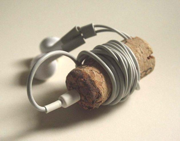 Скручивание наушников на пробку от вина