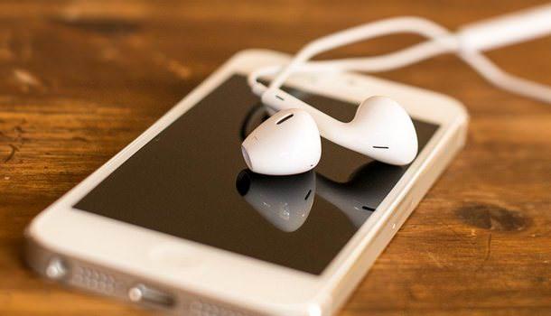 Наушники EarPhone лежат на iPhone