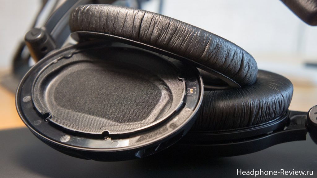 Полноразмерные наушники Sennheiser HD 380 Pro со снятым амбушюром