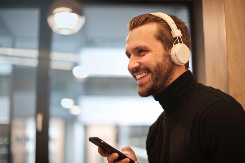 Как улучшить звук в играх и фильмах с помощью функции виртуального объёмного звучания в наушниках