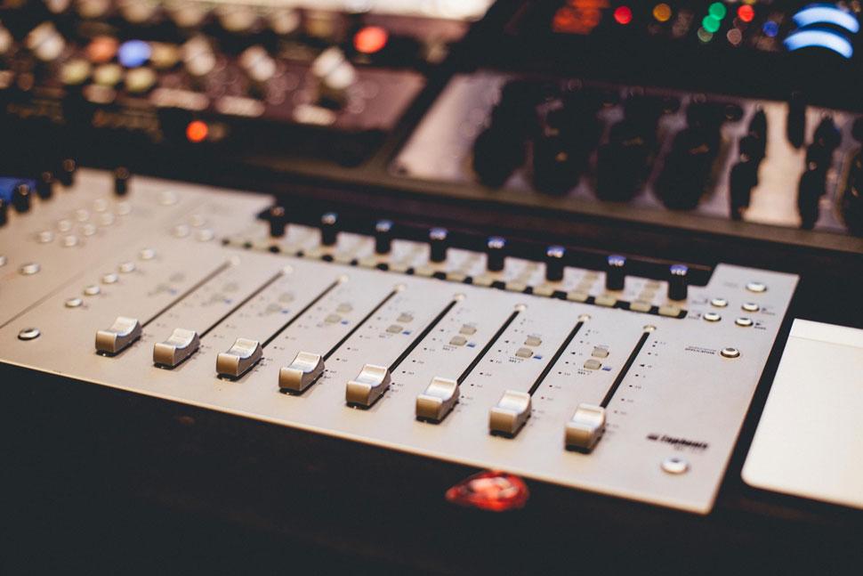 Микшерский пульт в студии