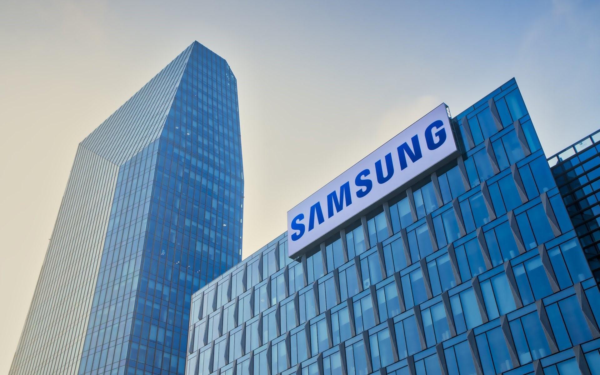 Samsung в ближайшее время представит смартфон с растягивающимся экраном